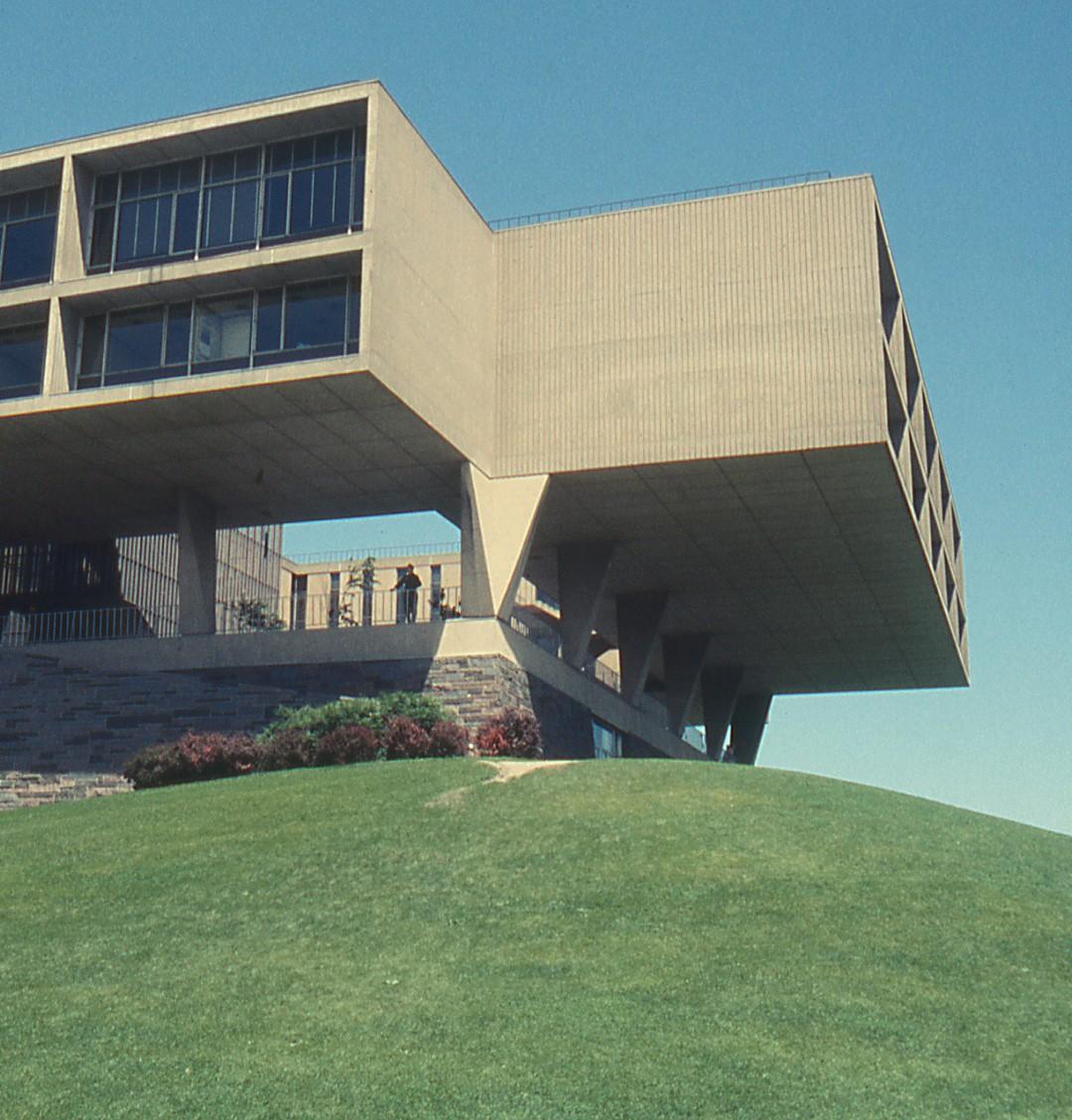 Milwaukee Art Center, Saarinen building, 1957. Milwaukee Art Museum, Institutional Archives.