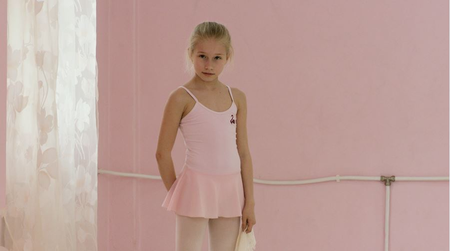Rineke Dijkstra, Marianna (The Fairy Doll), 2014. One-channel HD video installation, surround sound; 19 min. 13 sec., looped. Courtesy of the artist and Marian Goodman Gallery. © Rineke Dijkstra.